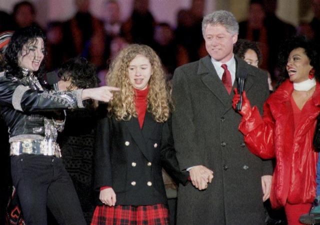 Ca sĩ Michael Jackson xuất hiện trên sân khấu cùng Tổng thống đắc cử Bill Clinton và con gái Chelsea trong lễ nhậm chức nhiệm kỳ đầu của ông vào tháng 1/1993.