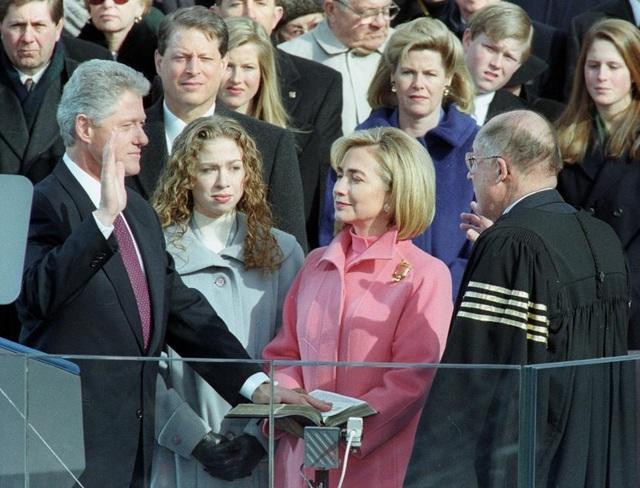 Tổng thống Bill Clinton tuyên thệ nhậm chức hôm 20/1/1997, bên cạnh là Đệ nhất phu nhân Hillary Clinton và con gái Chelsea.