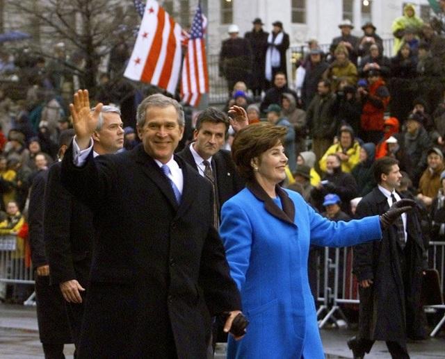 Tổng thống George W. Bush và Đệ nhất phu nhân trong lễ diễu hành nhậm chức vào ngày 20/1/2001.