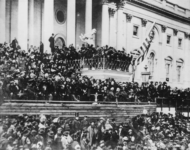 Tổng thống Abraham Lincoln phát biểu nhậm chức tại phía đông Điện Capitol ở Washington vào tháng 3/1865.