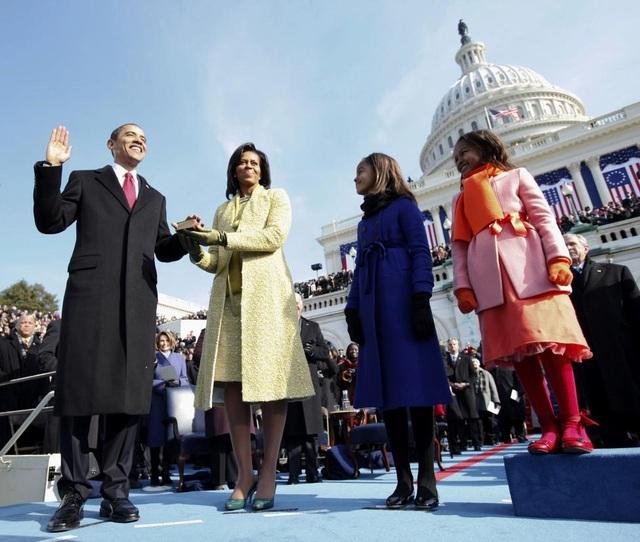 Tổng thống Barack Obama tuyên thệ nhậm chức nhiệm kỳ đầu vào ngày 20/1/2009 tại Điện Capitol. Bên cạnh Tổng thống là Đệ nhất phu nhân Michelle và 2 cô con gái.