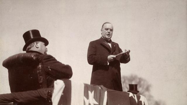 Tổng thống thứ 25 của Mỹ, William McKinley, tuyên thệ nhậm chức trước sự chứng kiến của người tiền nhiệm Grover Cleveland vào tháng 3/1897.