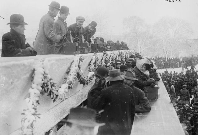 Các nhiếp ảnh gia tại lễ nhậm chức của Tổng thống Howard Taft vào tháng 3/1909. Hàng nghìn công nhân thành phố đã phải tích cực cào tuyết khỏi đường diễu hành và đây cũng là lần đầu tiên lễ diễu hành nhậm chức có sự tham gia của cả tổng thống và đệ nhất phu nhân.