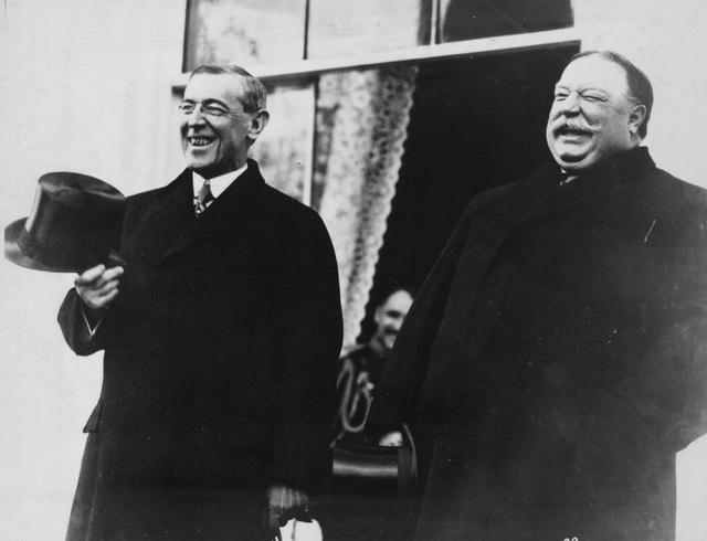 Tổng thống đắc cử Woodrow Wilson và người tiền nhiệm Howard Taft bên bậc thềm Nhà Trắng trước khi cùng nhau tới lễ nhậm chức diễn ra ở Đồi Capitol vào tháng 3/1913.