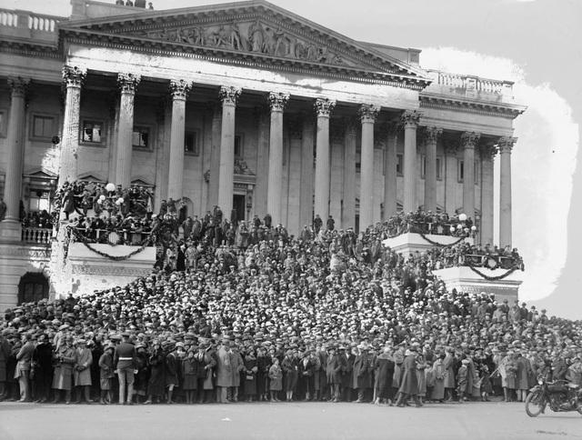 Đám đông tại lễ nhậm chức của Tổng thống Calvin Coolidge vào tháng 3/1925. Đây là lễ nhậm chức đầu tiên được phát trên đài phát thanh quốc gia.
