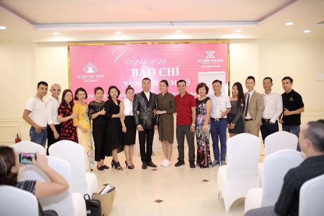 Người hâm mộ tới chúc mừng NTK Đỗ Trịnh Hoài Nam sau chuyến trình diễn thành công BST Sen Vàng tại Mỹ.