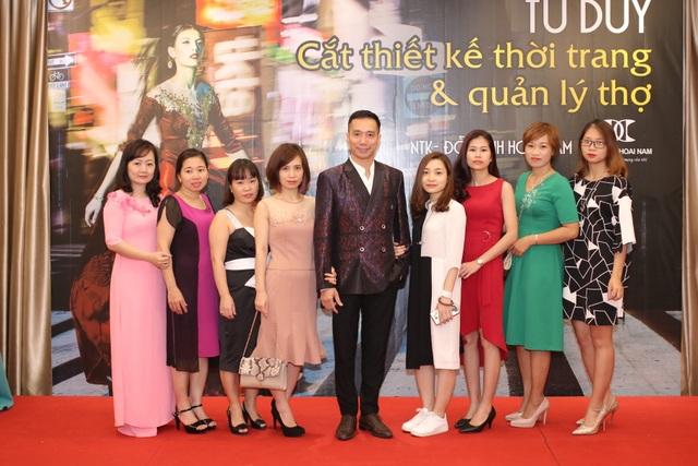 NTK Đỗ Trịnh Hoài Nam (giữa) cùng các học trò là các ntk trẻ.