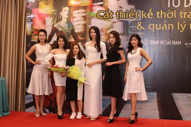 NTK Hằng Nguyễn cùng các mẫu thiết kế.