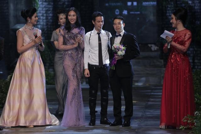 NTK Hoàng Hải tặng hoa cảm ơn đại diện nhà tài trợ Menard Việt Nam - ông Khương Anh Văn (Chủ tịch Menard Việt Nam).