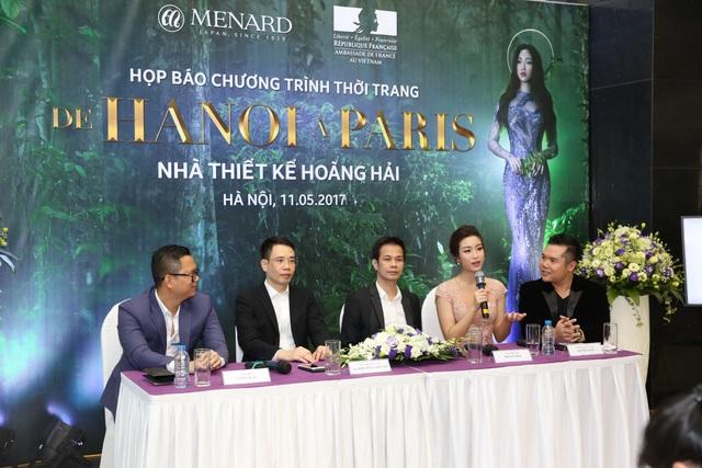 Từ trái qua phải: Đạo diễn Long Kan, Đại diện Menard Việt Nam - ông Khương Anh Văn, Hoa hậu Đỗ Mỹ Linh, NTK Hoàng Hải, nhà báo Lương Trọng Nghĩa tại buổi họp báo.