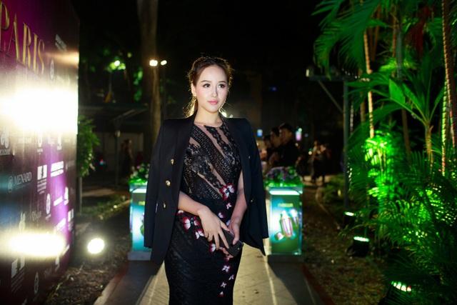 Dàn mỹ nhân Việt đua nhau diện váy áo nổi bật tham dự show thời trang hoành tráng. Hoa hậu Mai Phương Thúy bất ngờ tái xuất sau một thời gian im hơi lặng tiếng. Cô kết hợp chiếc đầm đen với những khoảng hở táo bạo cùng blazer thanh lịch.
