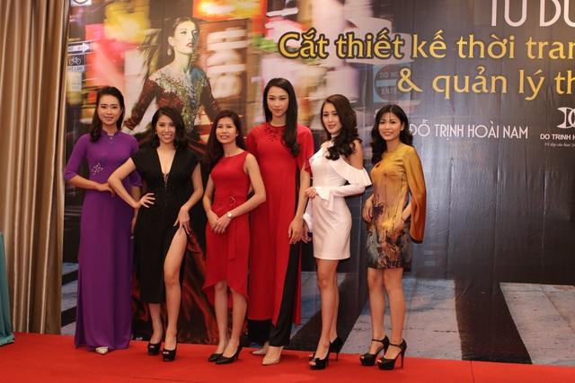 NTK Nguyễn Hằng cùng các mẫu thiết kế.