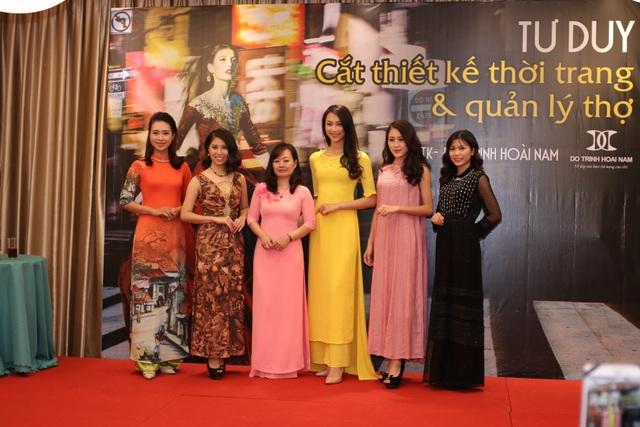 NTK Thanh Thúy cùng các mẫu thiết kế.