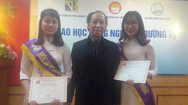 Em Hà Thanh Hằng, sinh viên ngành Sư phạm Ngữ văn, ĐH Quốc gia Hà Nội (bên phải) khẳng định học bổng Nguyễn Trường Tộ đã giúp em và các bạn có hoàn cảnh khó khăn khác nỗ lực vươn lên trong học tập đạt thành tích tốt để không phụ lòng các nhà hảo tâm dành cho