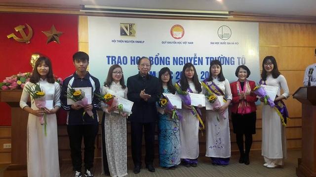 Trao 75 suất học bổng Nguyễn Trường Tộ đến sinh viên 6 trường đại học - 10