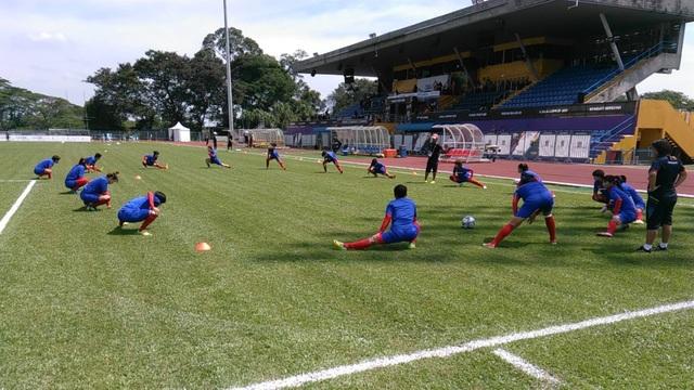 Các tuyển thủ nữ Việt Nam tới sân khá sớm và khởi động trước trận đấu với tuyển nữ Thái Lan, ảnh: Q.H