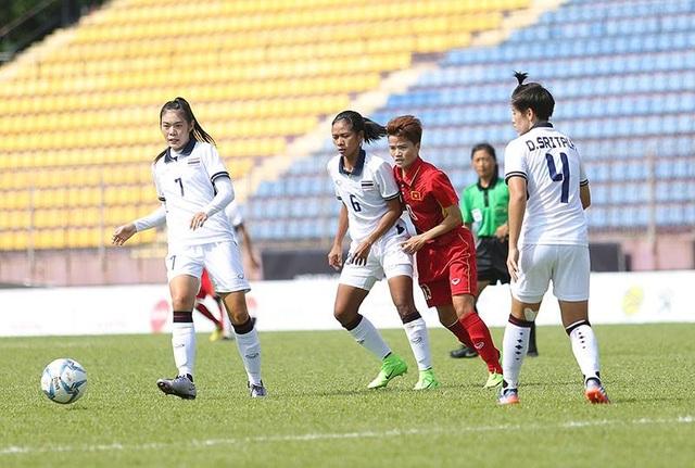 Intamee (trái) là cầu thủ chơi nổi bật nhất bên phía tuyển nữ Thái Lan trong nửa đầu hiệp 1, ảnh:Q.H