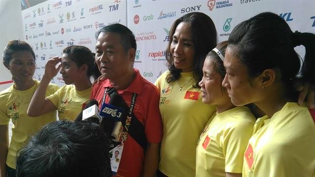 Niềm vui của các thành viên đội chạy tiếp sức 4X100m nữ