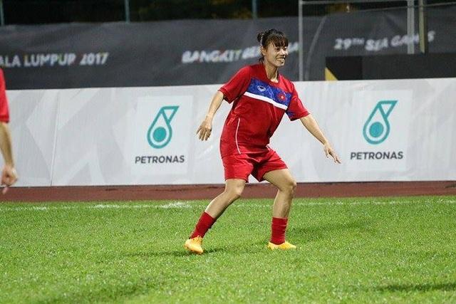 Các tuyển thủ nữ Việt Nam khởi động trước trận đấu cuối cùng ở môn bóng đá nữ SEA Games 29, ảnh: Q.H