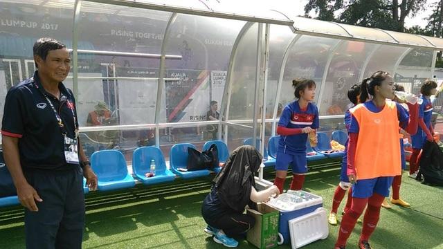 Huấn luyện viên Mai Đức Chung (trái) ở khu vực huấn luyện của tuyển nữ Việt Nam ảnh: Q.H