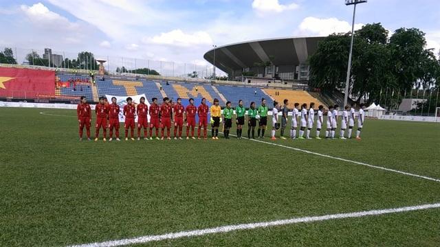Các cầu thủ nữ Việt Nam (trái, áo đỏ) và các cầu thủ nữ Thái Lan (phải, áo trắng) làm lễ chào cờ trước trận đấu, ảnh: Q.H