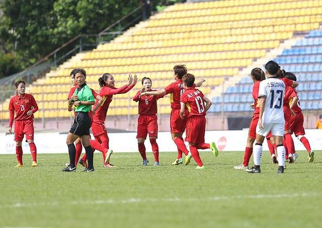 Các tuyển thủ nữ Việt Nam ăn mừn bàn thắng mở tỉ số, ảnh: Q.H