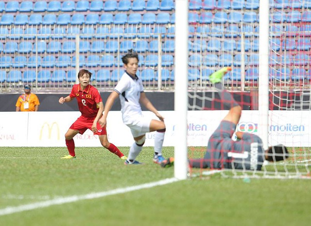 Hải Yến nhìn theo pha dứt điểm của mình vào lưới tuyển nữ Thái Lan, ảnh: Q.H