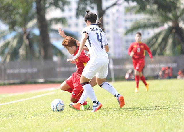 Pha tranh bóng của tuyển thủ Thía Lan - Duangnapa Sritala (phải) trong trận đấu với tuyển nữ Việt Nam, ảnh: Q.H