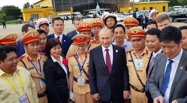Tổng thống Putin thân thiện chụp ảnh lưu niệm với các lực lượng làm nhiệm vụ trước khi lên chuyên cơ về nước