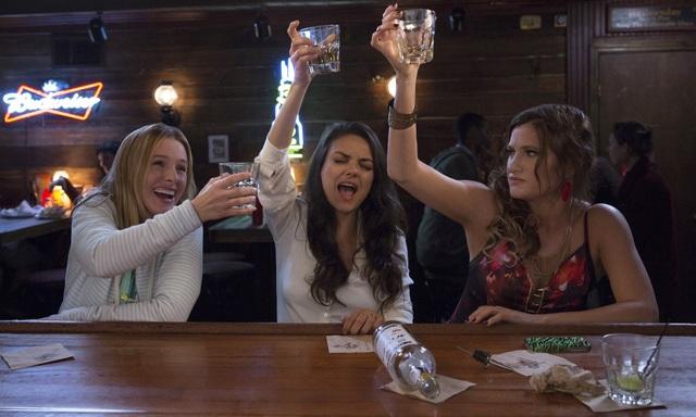 """Các nữ diễn viên Kristen Bell, Mila Kunis và Kathryn Hahn trong """"Bad Moms"""" (Những bà mẹ """"ngoan""""). Đây là một phim kinh phí thấp với chỉ 20 triệu USD đầu tư, nhưng đã thu về 179 triệu USD. Hiện tại, phần tiếp theo của phim đang được tiến hành."""