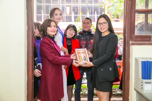 Ngoài ra, Nguyễn Thị Oanh còn tặng tủ sách cho nhà trường.