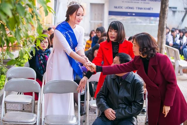 Người đẹp lễ phép bắt tay khi gặp lại các thầy cô giáo cũ.