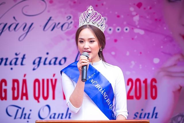 Nguyễn Thị Oanh chia sẻ cảm xúc trong ngày về lại trường cũ.