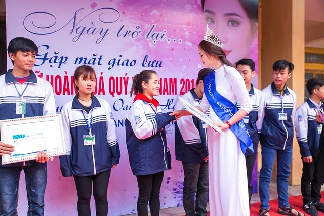 """""""Nữ hoàng đá quý"""" Nguyễn Thị Oanh xúc động khi trở lại mái trường xưa - 4"""