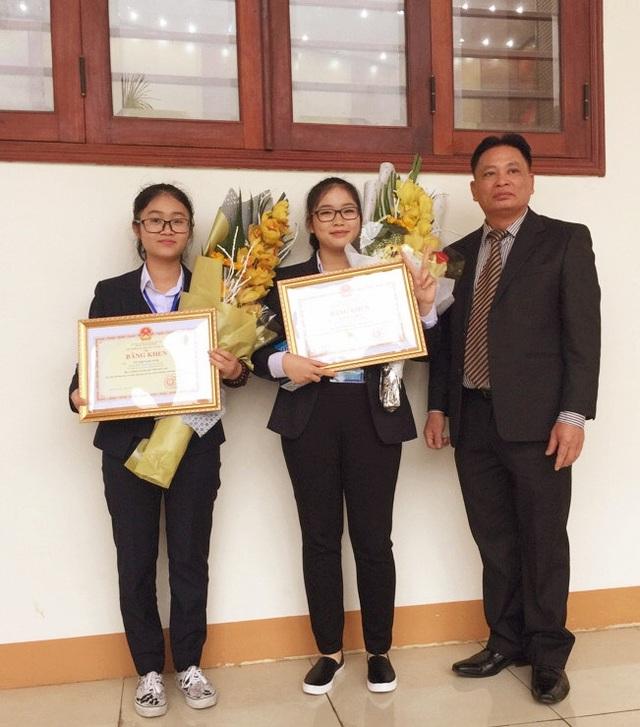 Hai nữ sinh chuyên Hóa ứng dụng kiến thức thực hiện ước mơ chế thuốc ung thư hiệu quả, giá rẻ cho người Việt.
