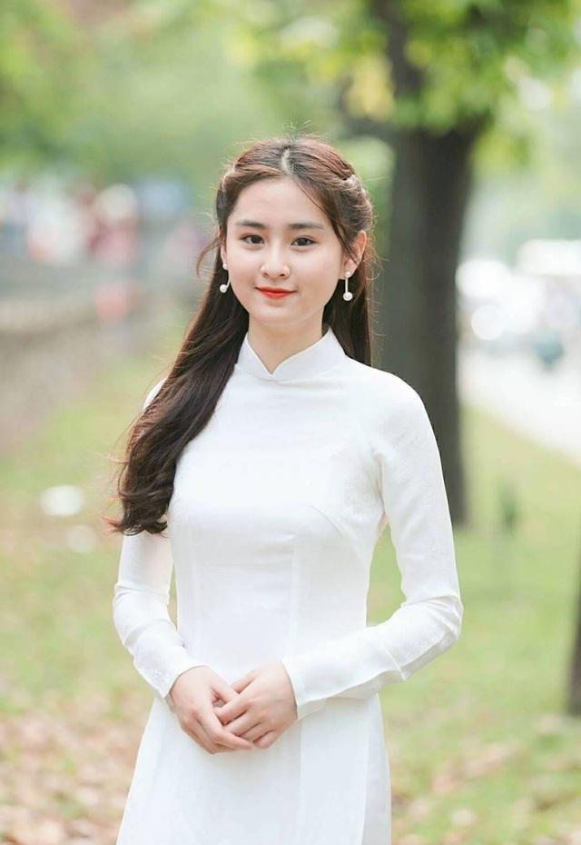 Cô gái ấy là Trần Khánh Linh - nữ sinh trường THPT Huỳnh Thúc Kháng (Hà Nội)