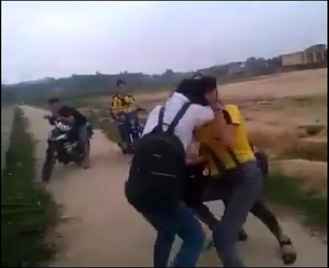 Do mâu thuẫn từ trước, sau giờ tan học, 3 nữ sinh lao vào đánh nhau (Ảnh: Cắt từ clip)