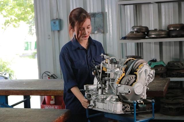 Cô gái Phạm Thị Minh Hiếu, sinh viên năm 3 ngành công nghệ ô tô đang khám phá động cơ ô tô