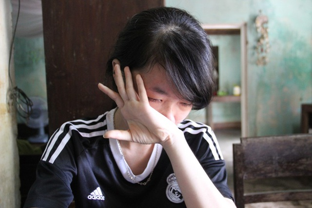 Em Phương khóc nấc khi nghĩ về mẹ, dù đau ốm vẫn quyết tâm cho em đi học