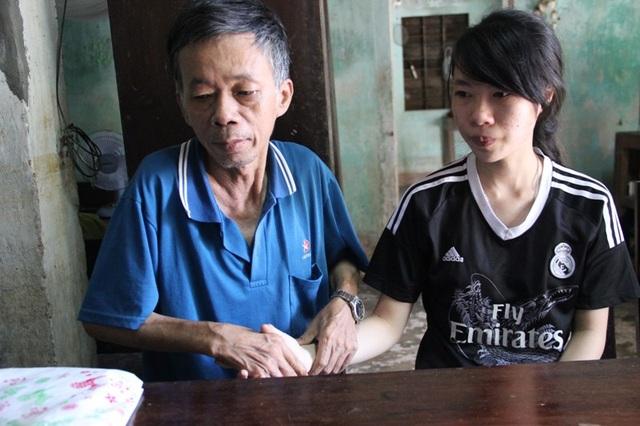 Cha em không còn sức lao động, ngay cả chuyện sinh hoạt cá nhân cũng gặp khó khăn