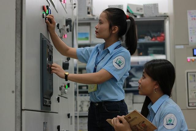 Hai sinh viên Phạm Thị Thanh Thảo và Ngô Thị Bảo Ánh là những bóng hồng hiếm hoi của Khoa Điện điện tử