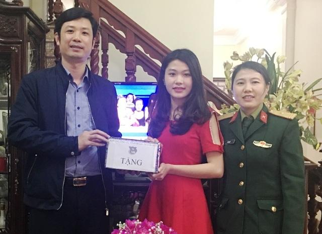 Anh Lê Văn Trung - Bí thư Tỉnh đoàn Thanh Hóa thăm, tặng quà và động viên em Linh trước khi lên đường nhập ngũ