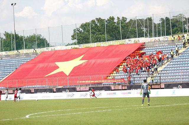 Số ít cổ động viên có mặt trên khán đài cùng lá cờ lớn của tổ quốc để cổ vũ cho đội tuyển nữ Việt Nam, ảnh: Q.H