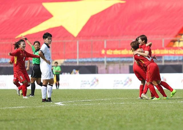 Các cầu thủ nữ Việt nam ăn mừng khi có bàn mở tỉ số vào lưới Thái Lan, ảnh: Q.H