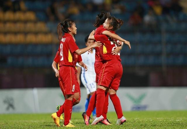 Niềm vui sau của các tuyển thủ nữ Việt Nam khi làm tung lưới Malaysia, ảnh: Q.H