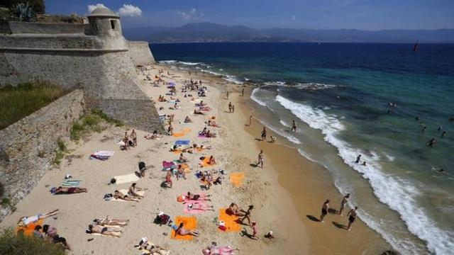 Một nữ du khách bị bắn vào đùi tại bãi tắm khỏa thân ở Pháp