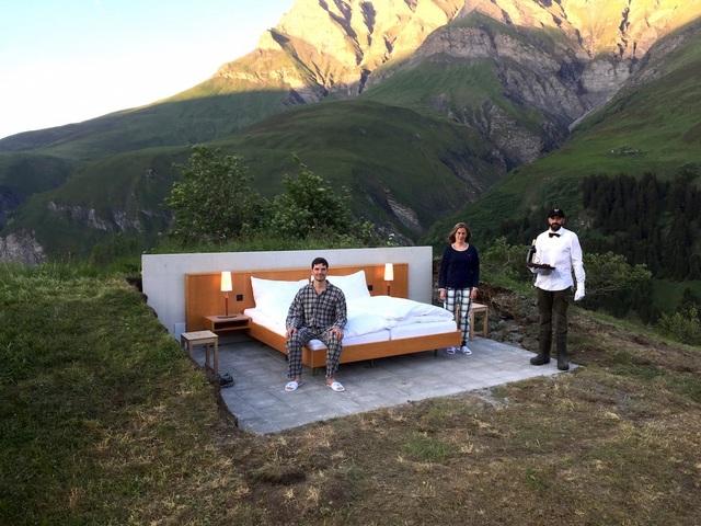 Khách sạn hoàn toàn không có tường bao, chỉ là một giường ngủ êm ái nằm giữa vùng núi hoang vắng
