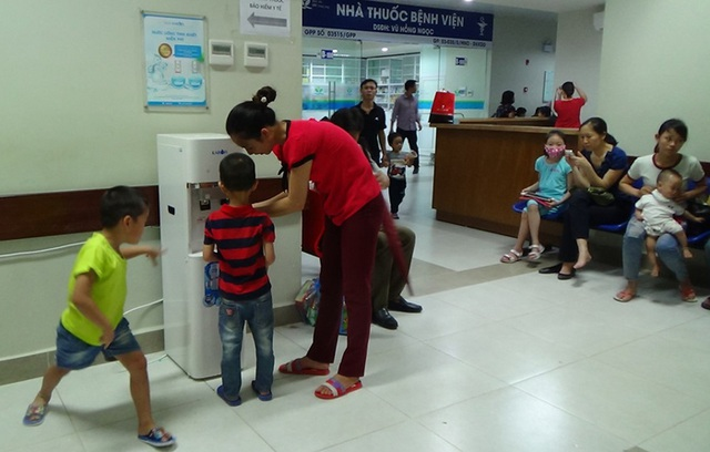 Bệnh nhân ở nhiều bệnh viện lớn được uống nước tinh khiết miễn phí - 1