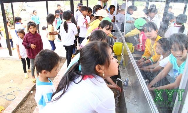 Dự án Nước sạch và Nhà vệ sinh học đường thuộc Chi hội Xanh Yêu Thương đến với học sinh vùng khó khăn.