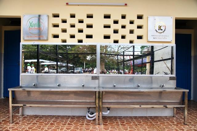Nhà vệ sinh sạch sẽ, đạt chuẩn nhằm xoá đi nỗi ám ảnh của nhiều học sinh.